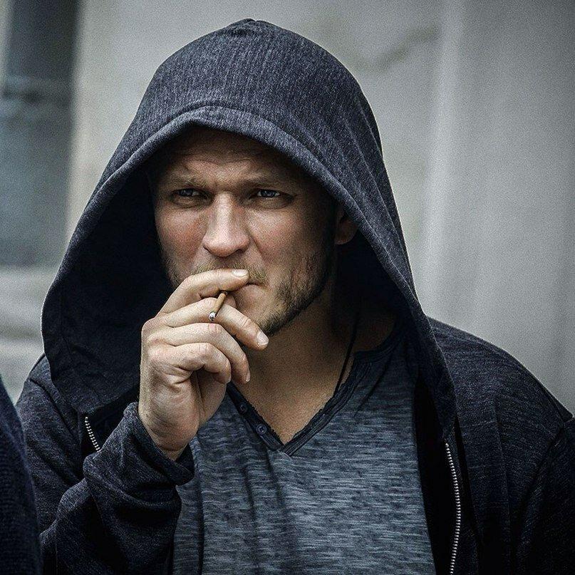 картинка парень в капюшоне с сигаретой нас