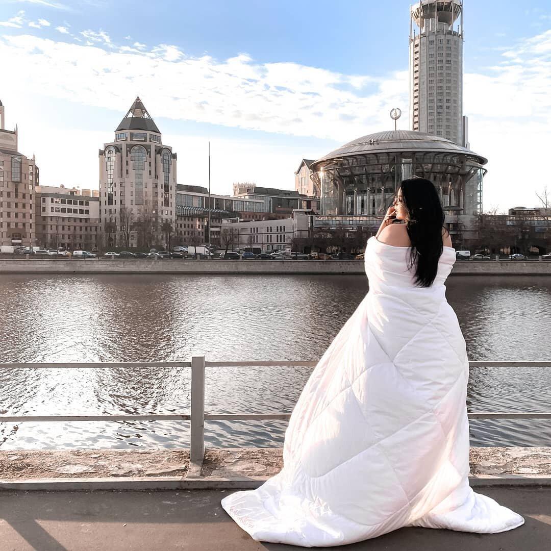 На изображении может находиться: один или несколько человек, свадьба и на улице