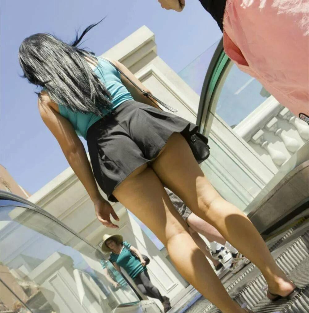 Фото подсмотрел под юбку на эскалаторе метро 9