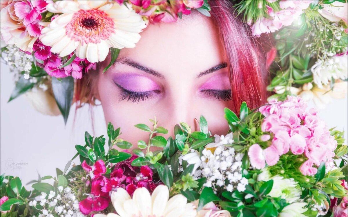 Открытка женщина в цветах