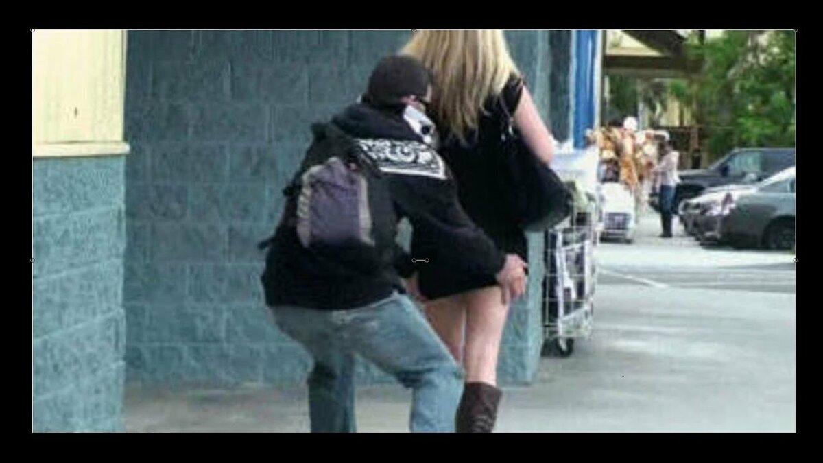 Срывают одежду с девушек на улице — pic 3