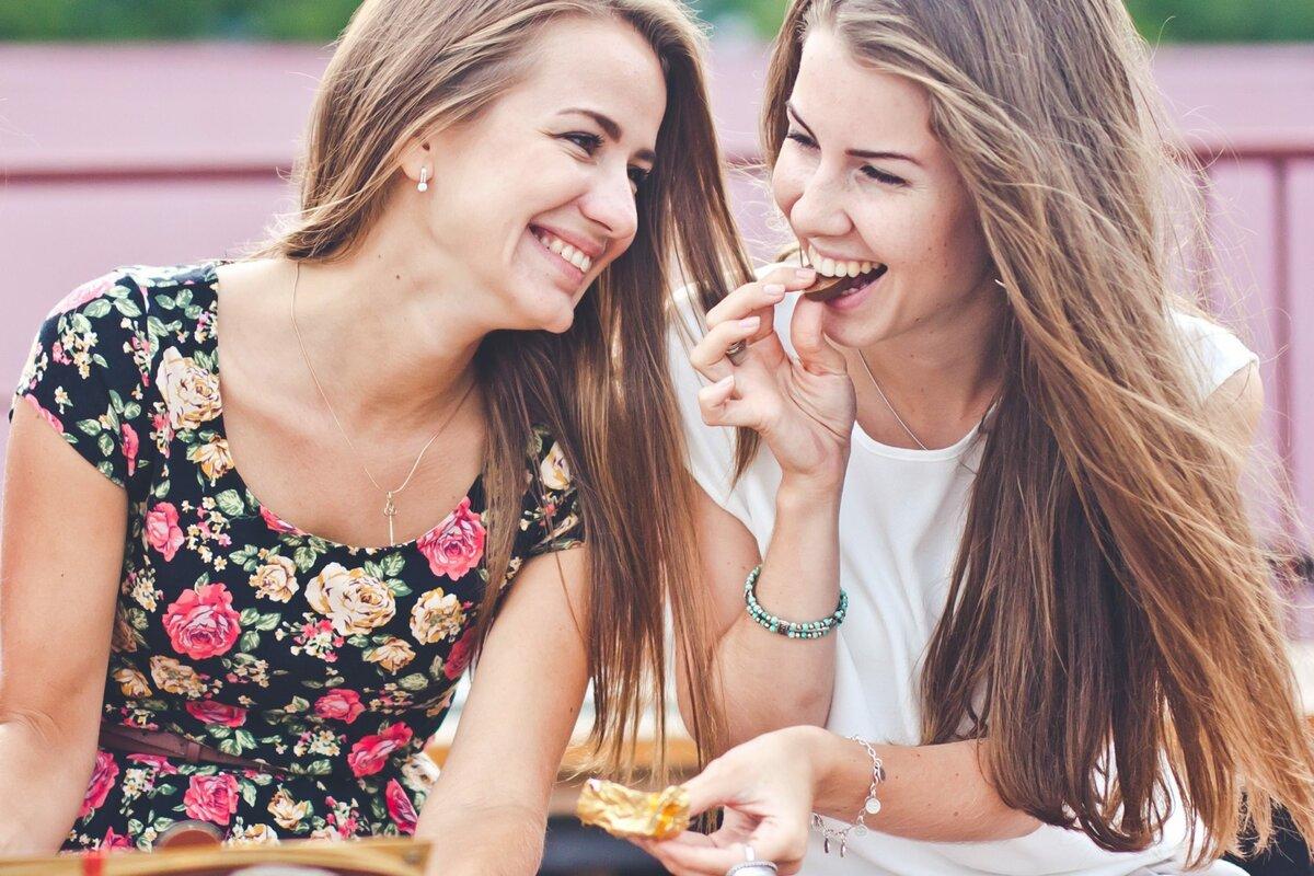 Картинки с двумя девушками, янтаря ручной