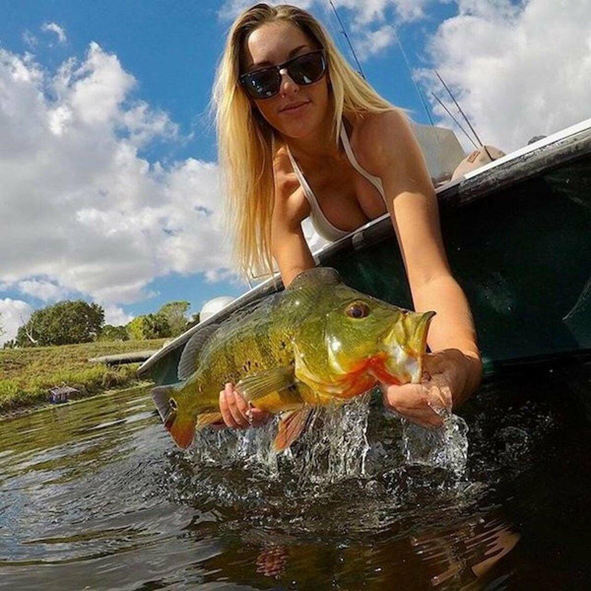 Картинка девушка с рыбой
