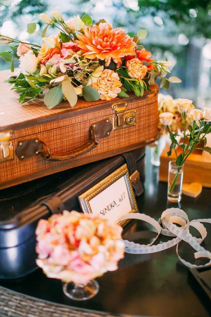 демократичный, стильной свадебные поздравления с чемоданом знаком