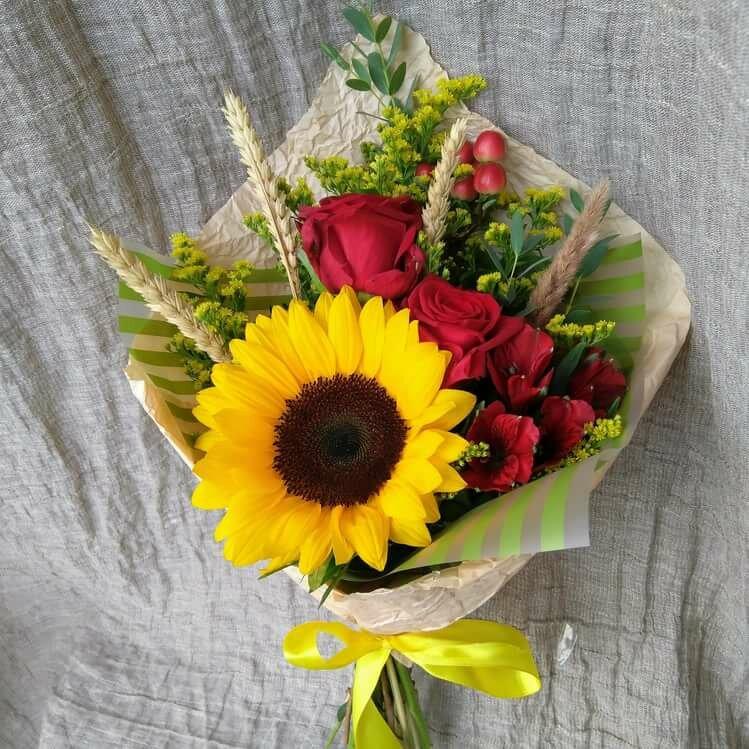 Цветы, подсолнухи в букете на 1 сентября