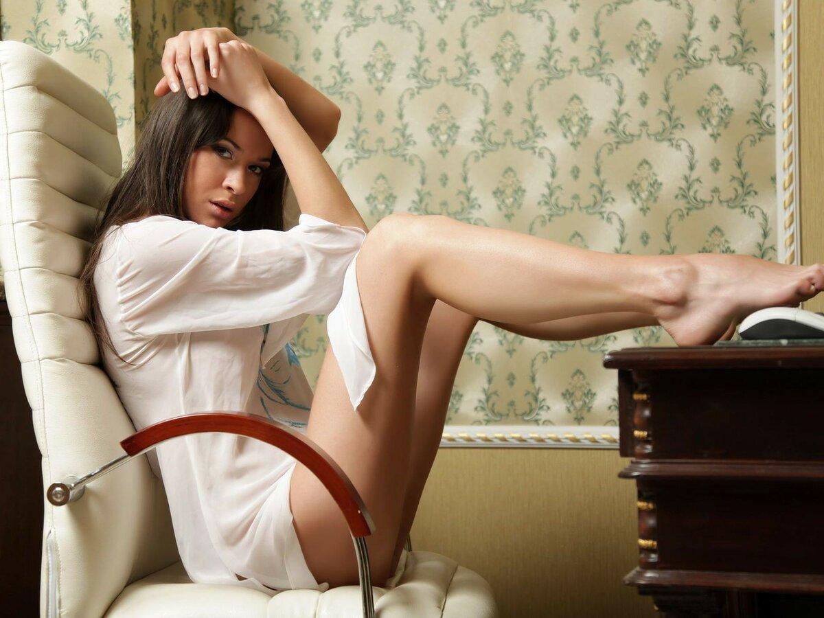 сексапильная красотка с красивыми ногами человеку