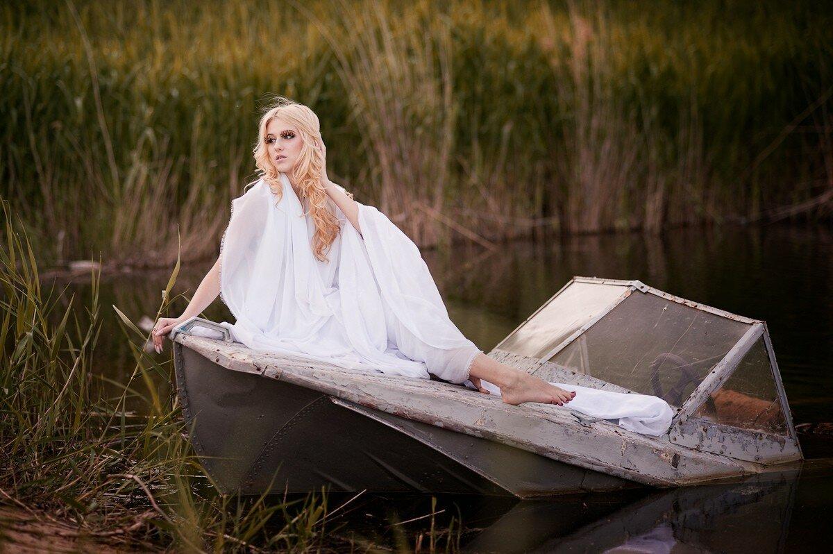 Две блондинки в лодке