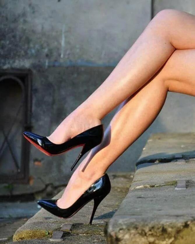 длинные сексуальные ножки в туфельках на каблуке