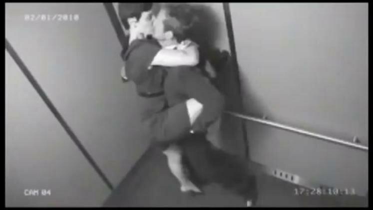 пристали к девушке в лифте видео сути весь
