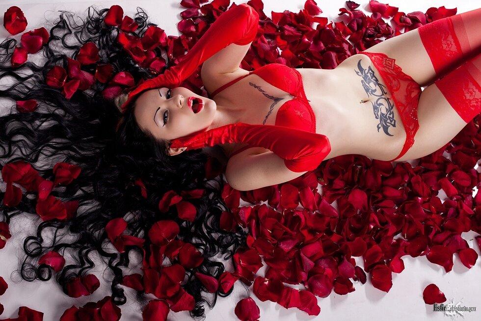 Девушки розы фото ню #1