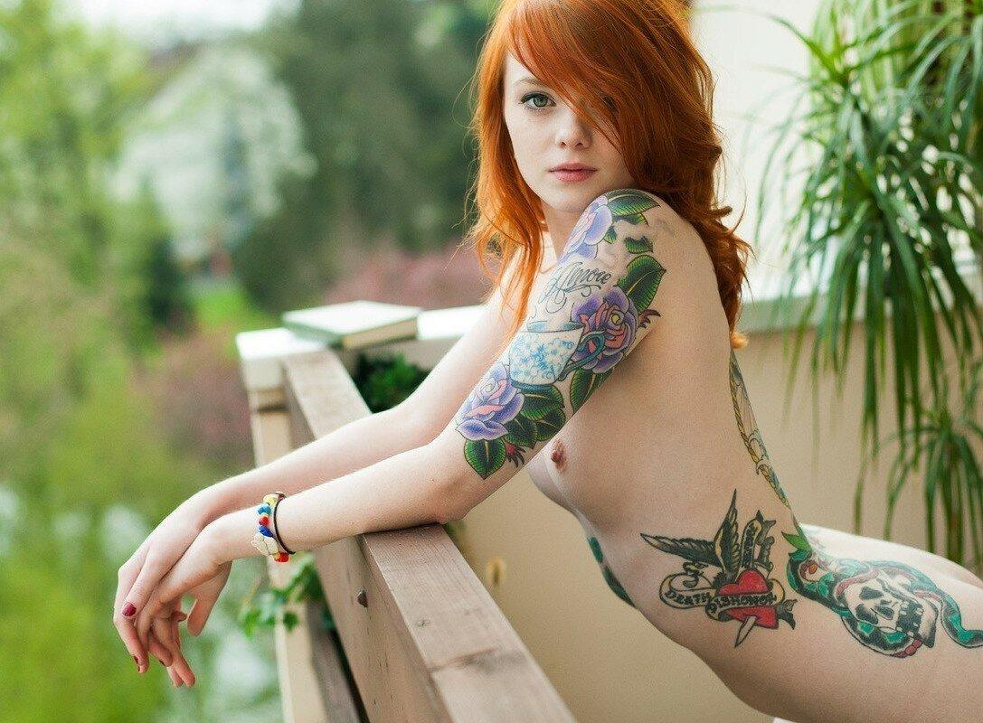 голая рыжая девушка с татуировкой - 7