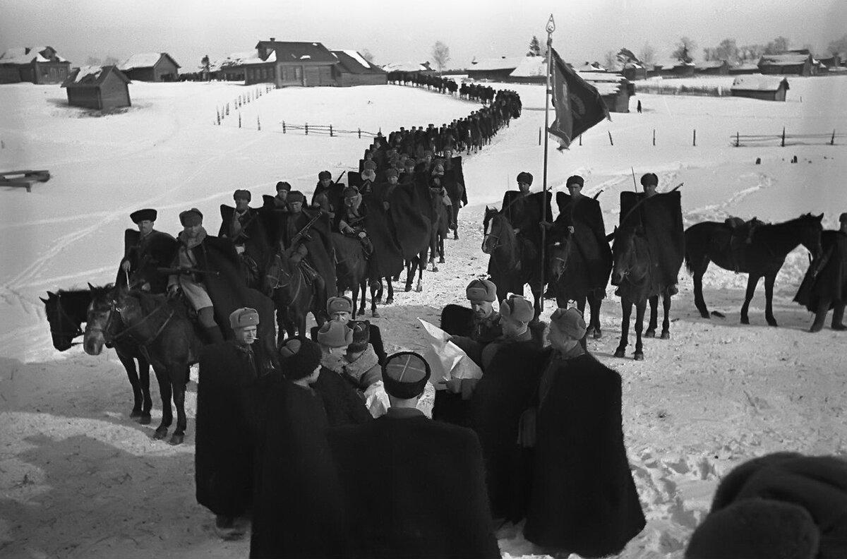 Гвардии генерал-майор Л.Доватор с кавалеристами своего корпуса. Снимок А.Шайхета, 1941