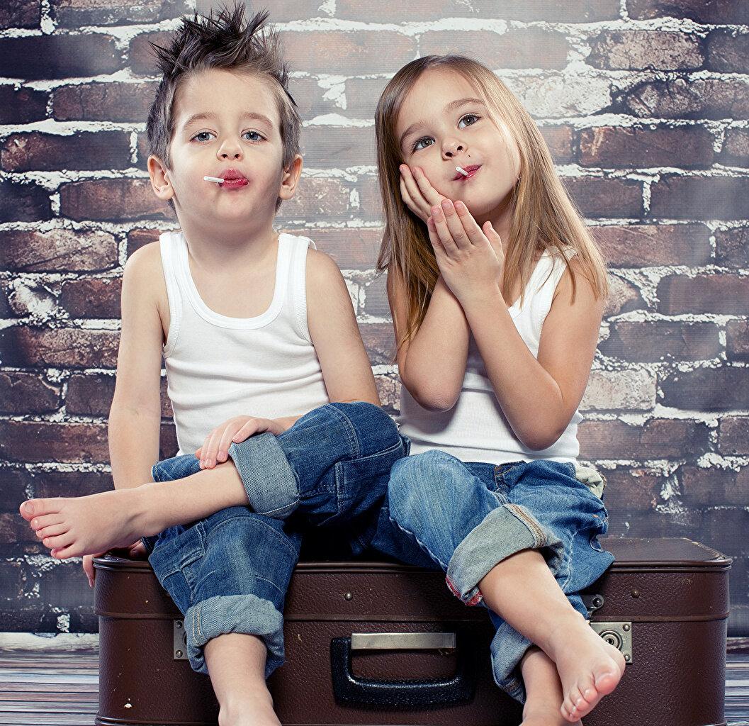 Картинка с мальчиком и девочкой, незнакомому