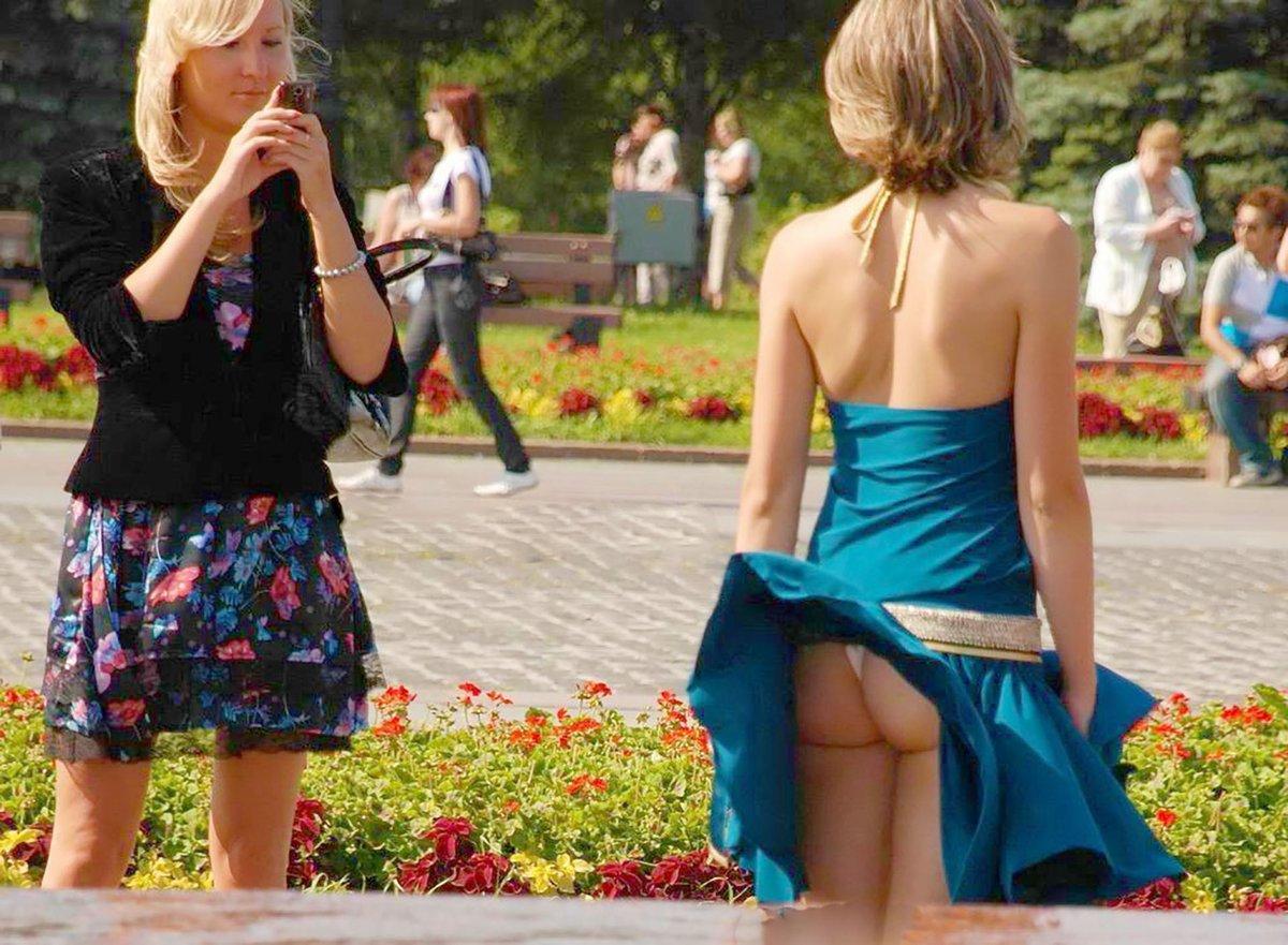 Поднимают юбки женщинам на улице 12