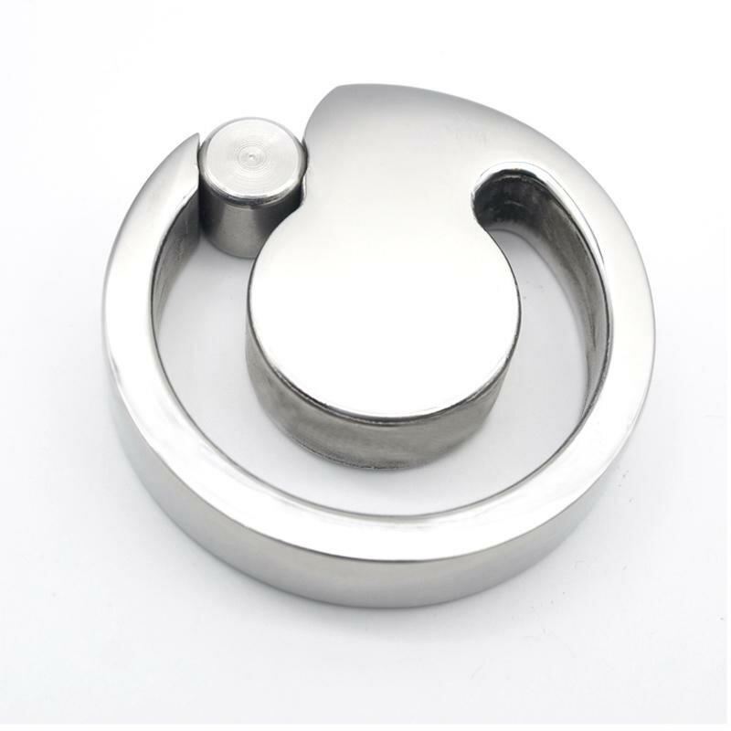 Металлическое кольцо на яйца мужчины