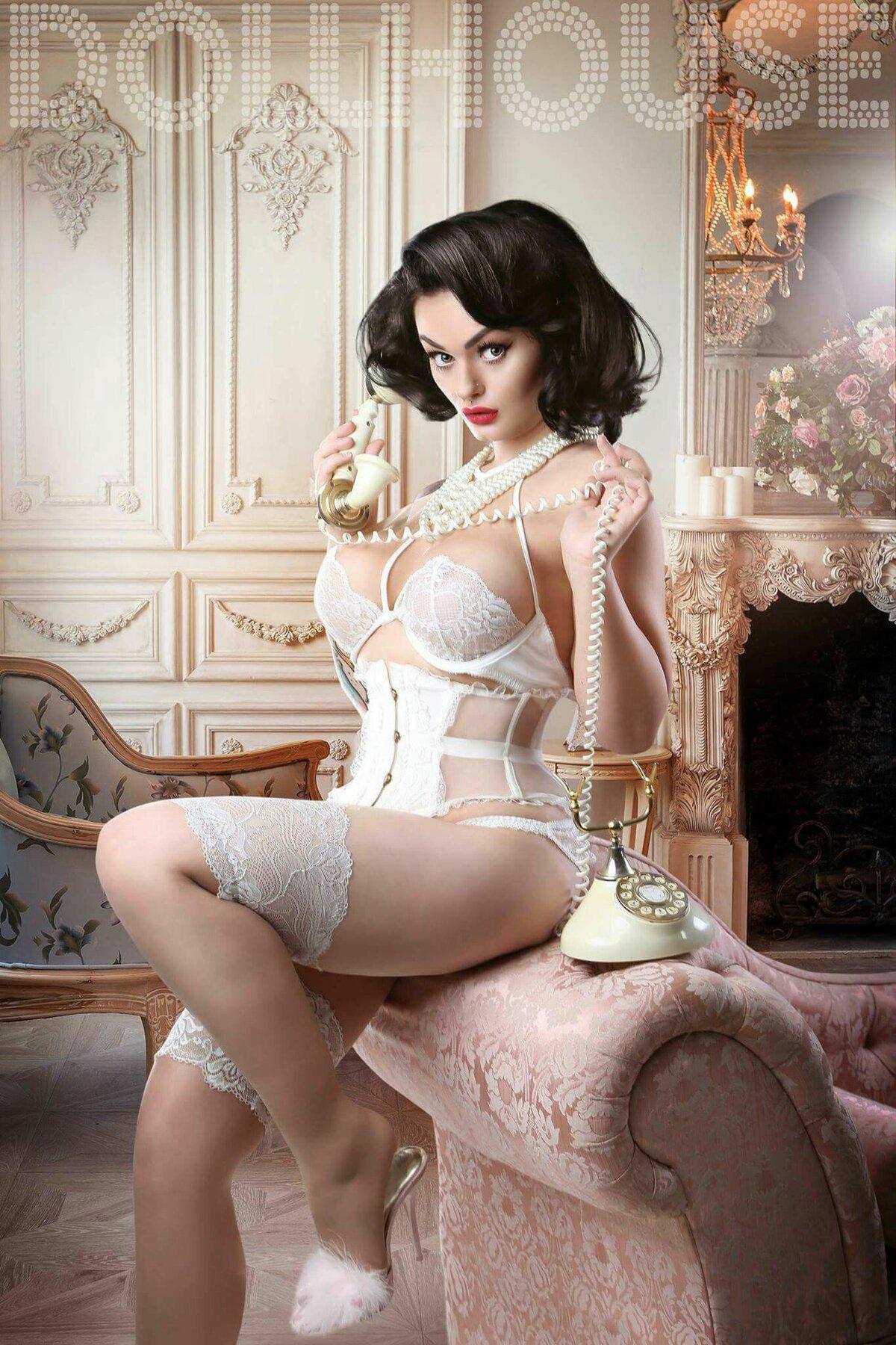 Девушки в ретро эротичном белье, прозрачные платья видны трусы фото