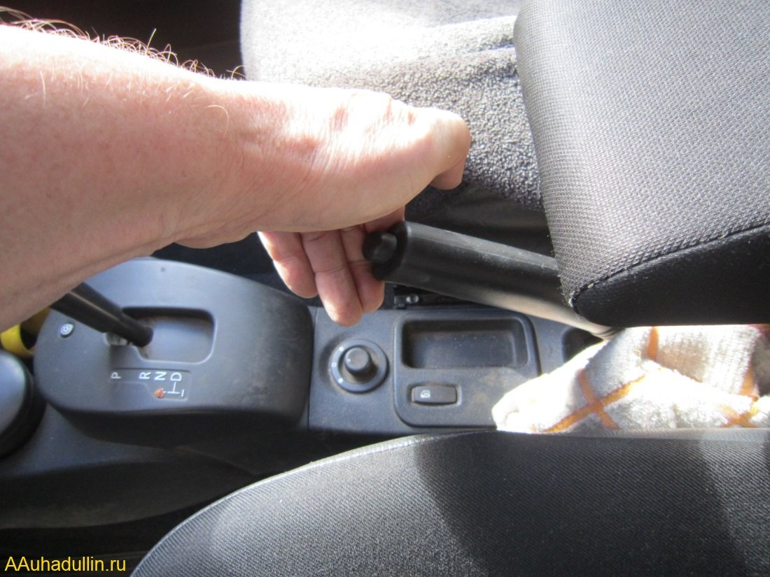 Установим автомобиль дополнительно на ручной тормоз