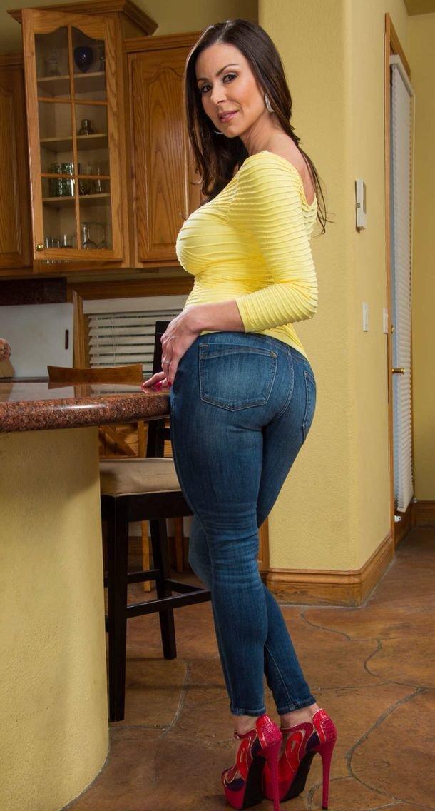 фото зрелых в джинсах стройные брюнетки потерлись