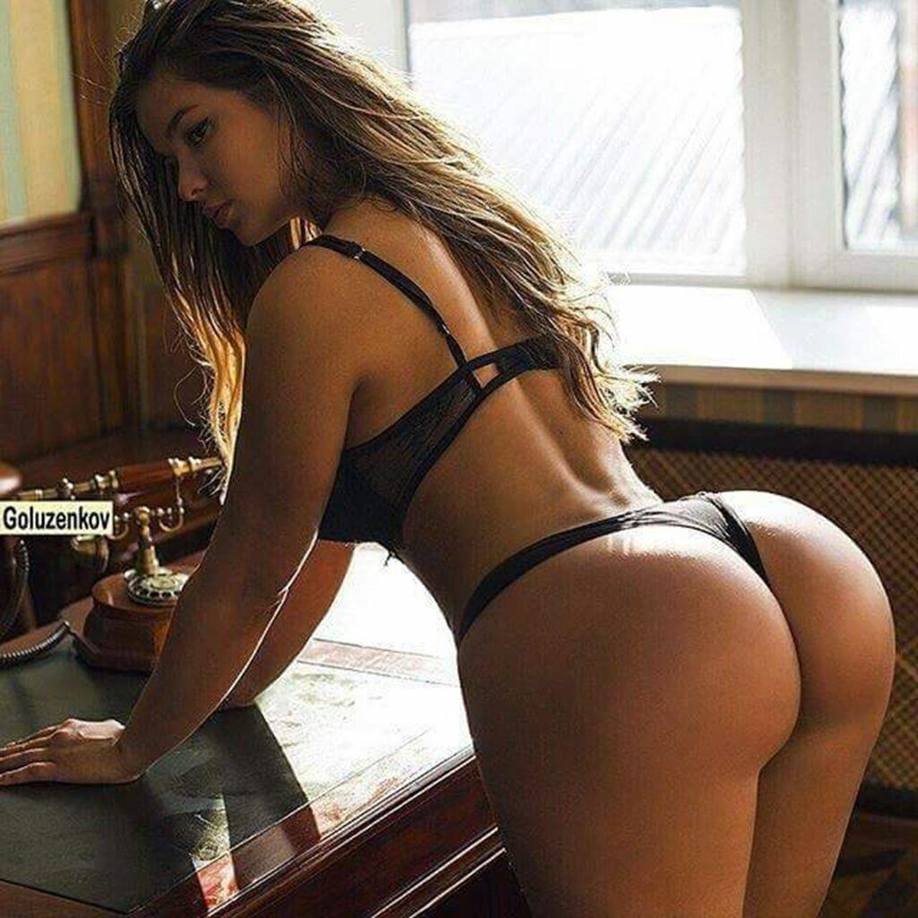 отделили красивые женщины задницами большими сидит