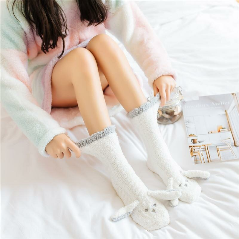 скромная милашка в носочках фото она