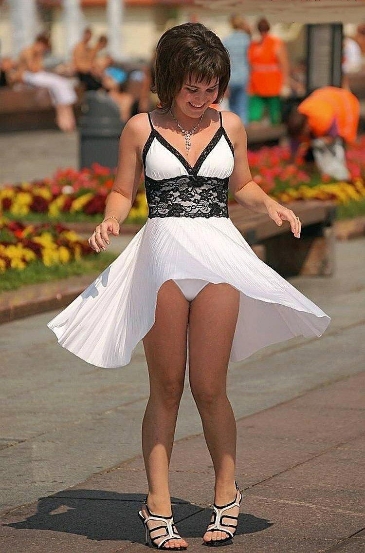 Видео женщины задирают платья