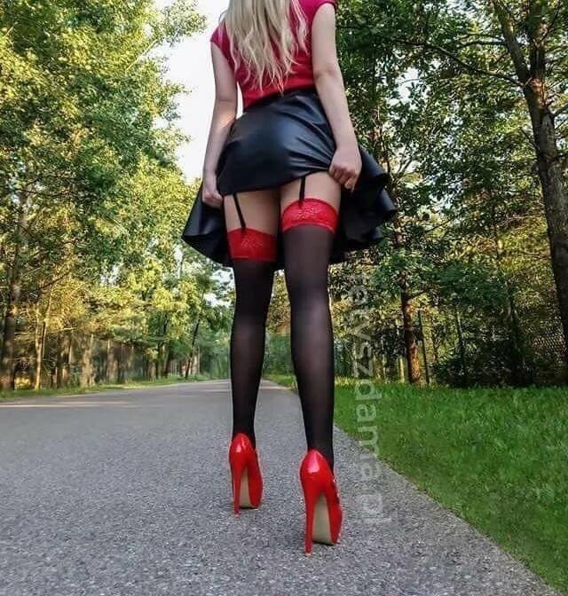 девушкам хорошо, девушка красные юбки черни чулка фото фото связыванием видео