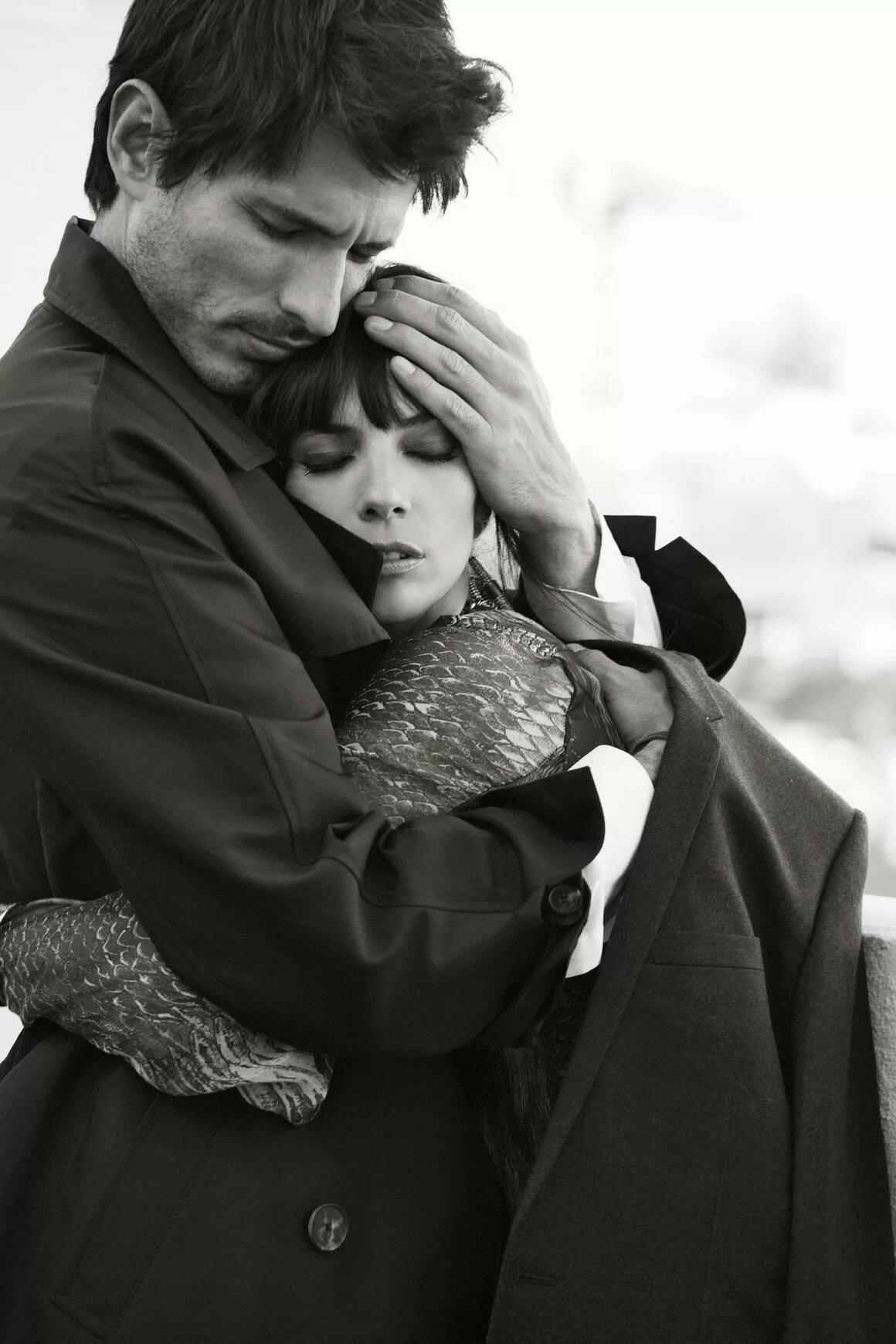 Мужчина и женщина прижимаются фото, видео голой наездницы с парнем