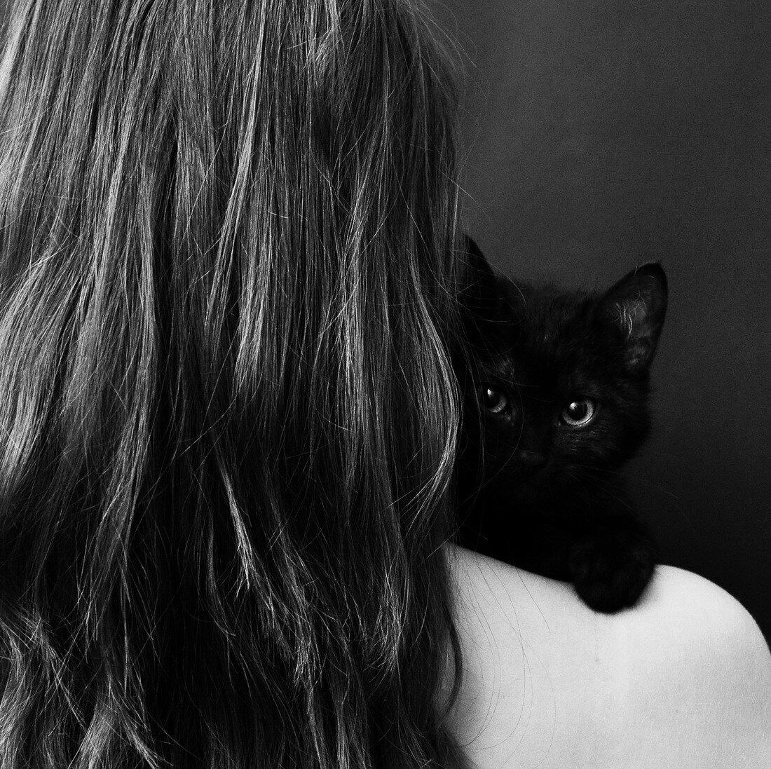 Девушка с котом спиной