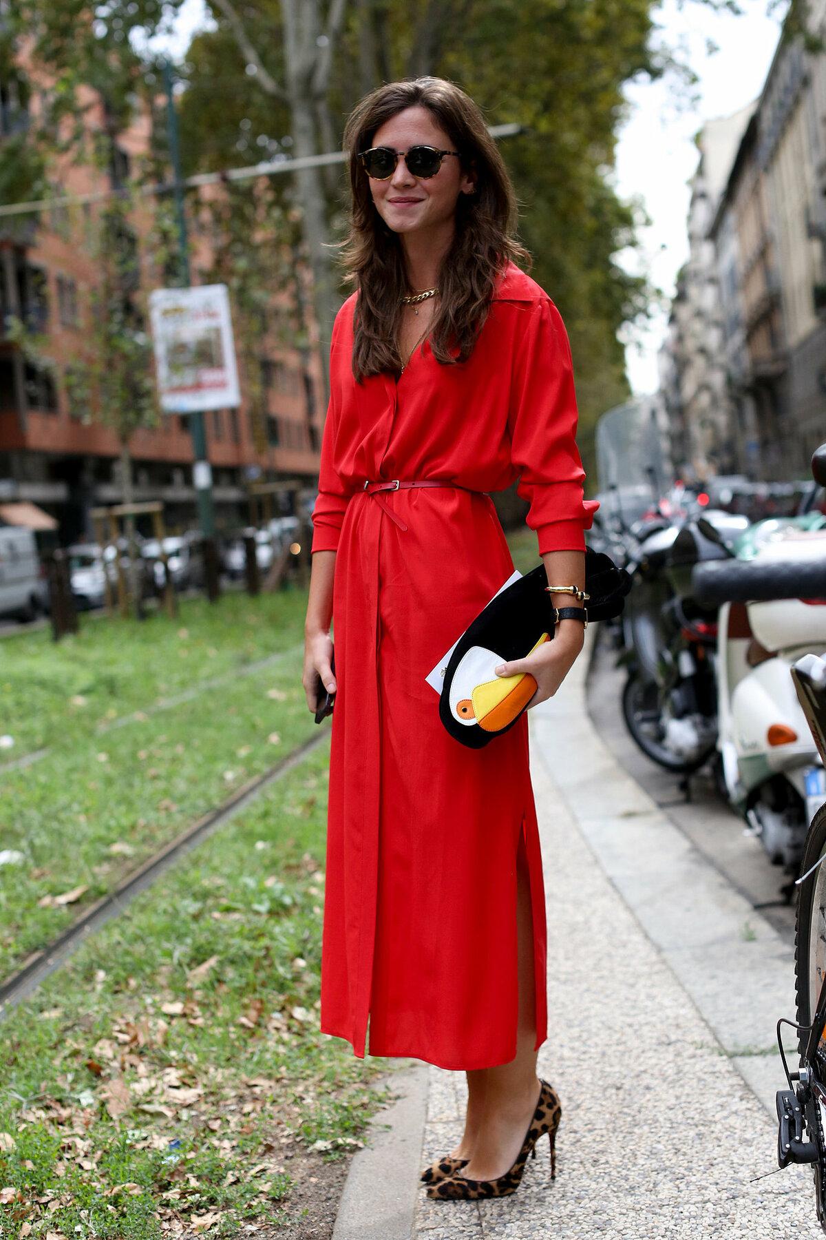 be1c3e4c191 Длинное красное платье-рубашка с узким ремнём и пятнистыми туфлями на  шпильке.