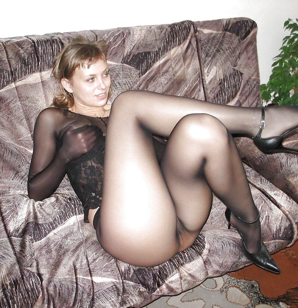 Домашка голых девок показывающих пилотки - порно фото
