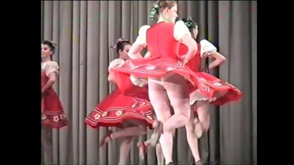 Под юбкой танцует видео