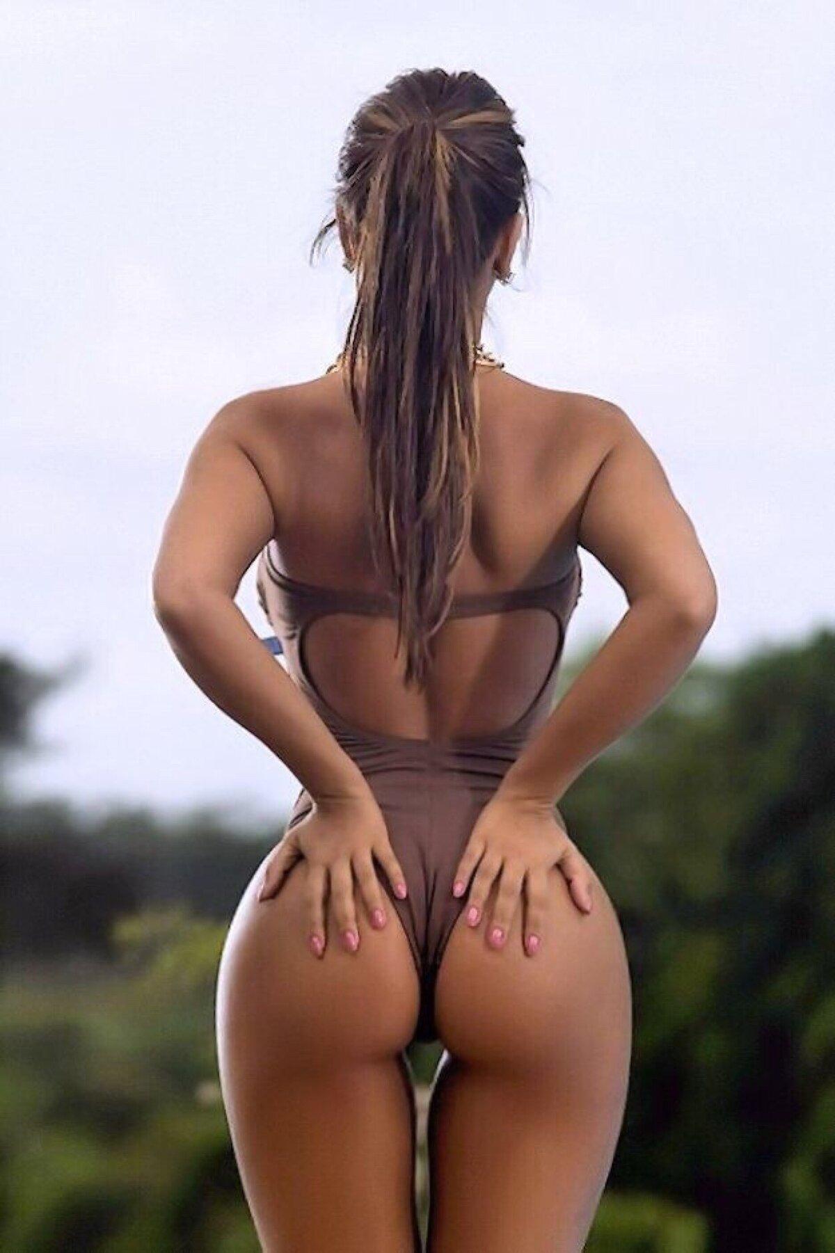 narisovanniy-devushki-s-krasivoy-grudyu-i-popkoy-v-bikini