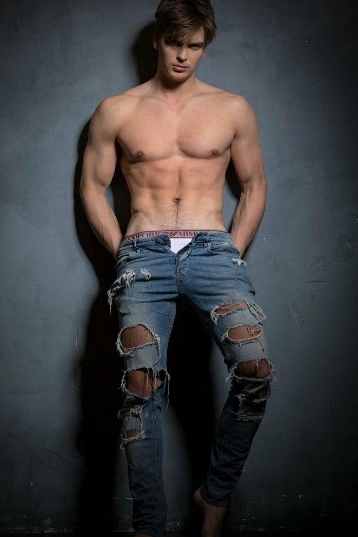 красивые парни голые в джинсах фото алиса