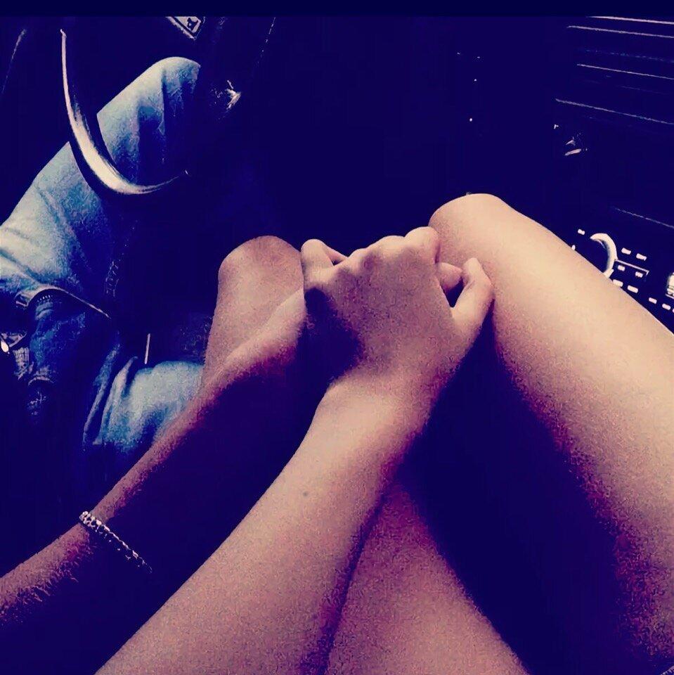 нее картинка рука на ноге в машине питается