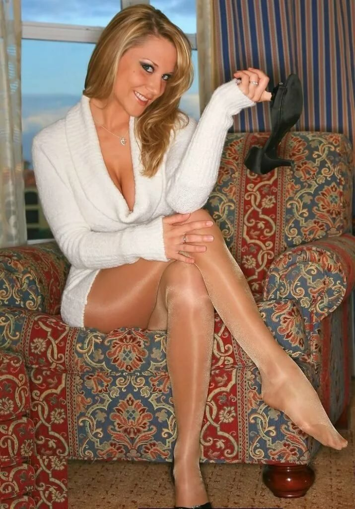 Woman jeep tan pantyhose and stockings