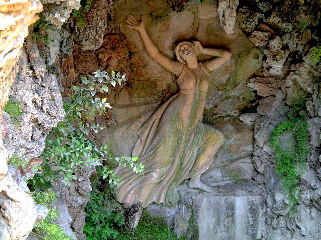Древнегреческая нимфа дочь скалистого утеса