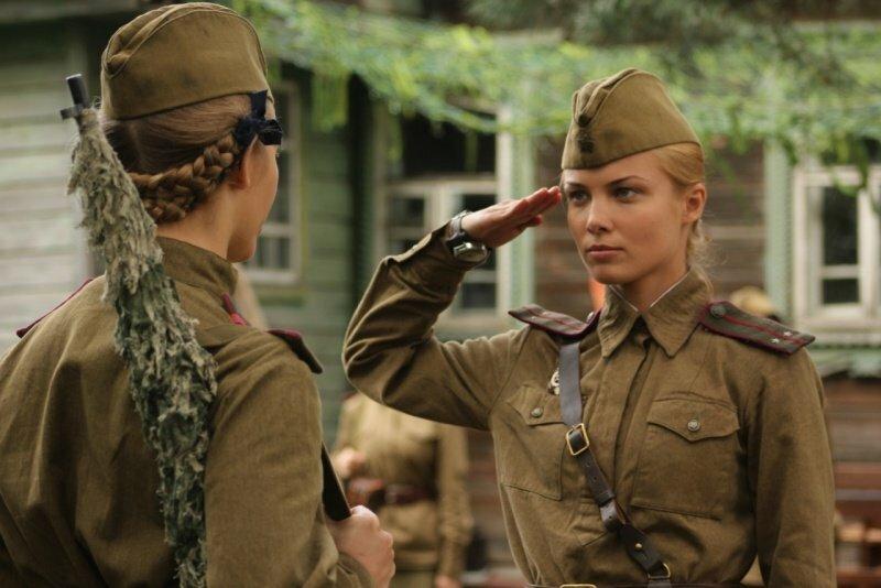 фильм где военный мучается с тремя девушками удивляйтесь, одна самых