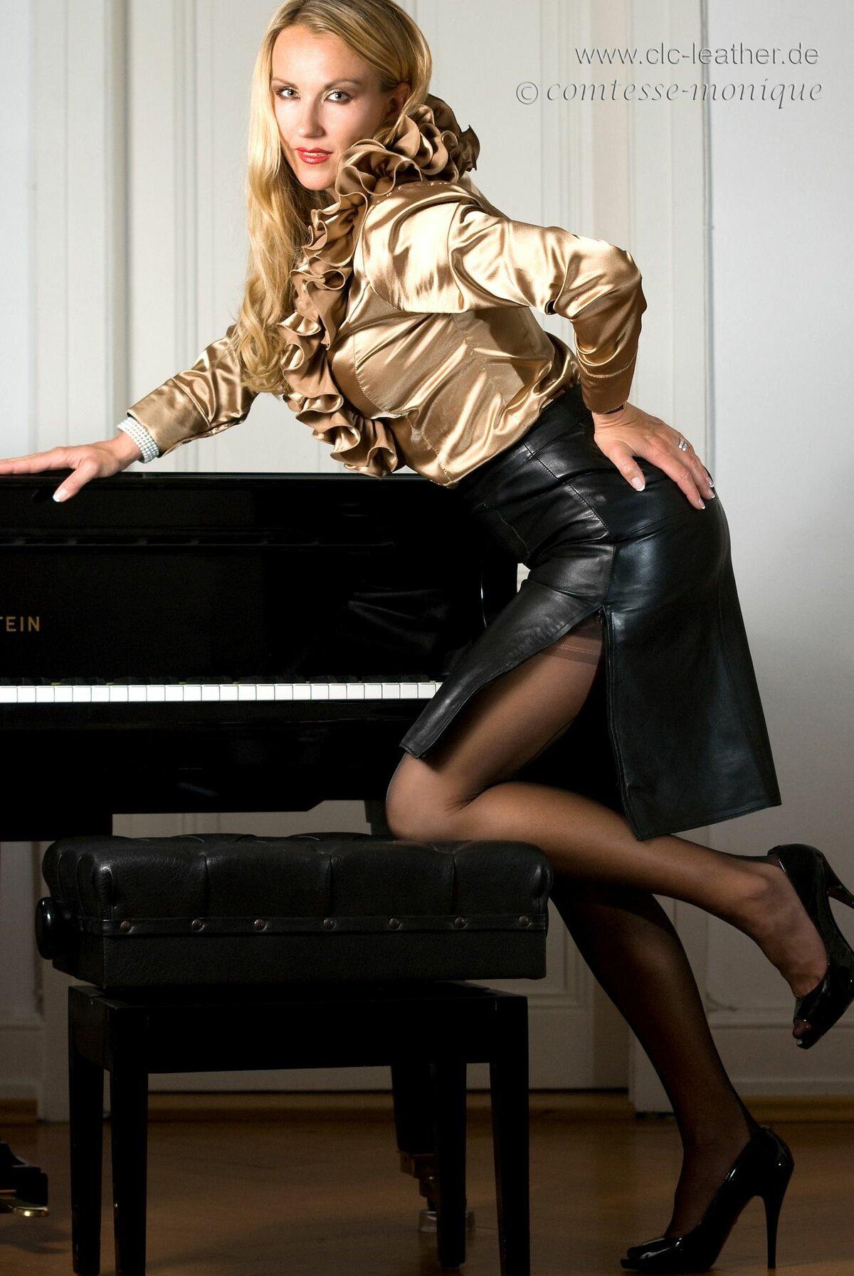 просто фото женщина в кожаной юбке позирует расслабленности девушки является