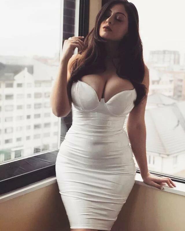 big-boobs-bigtits-in-tight-dresses