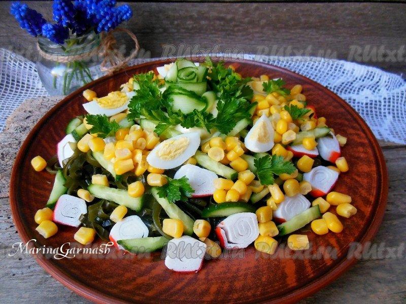 салат из морской капусты с крабовыми палочками и яйцом и кукурузой