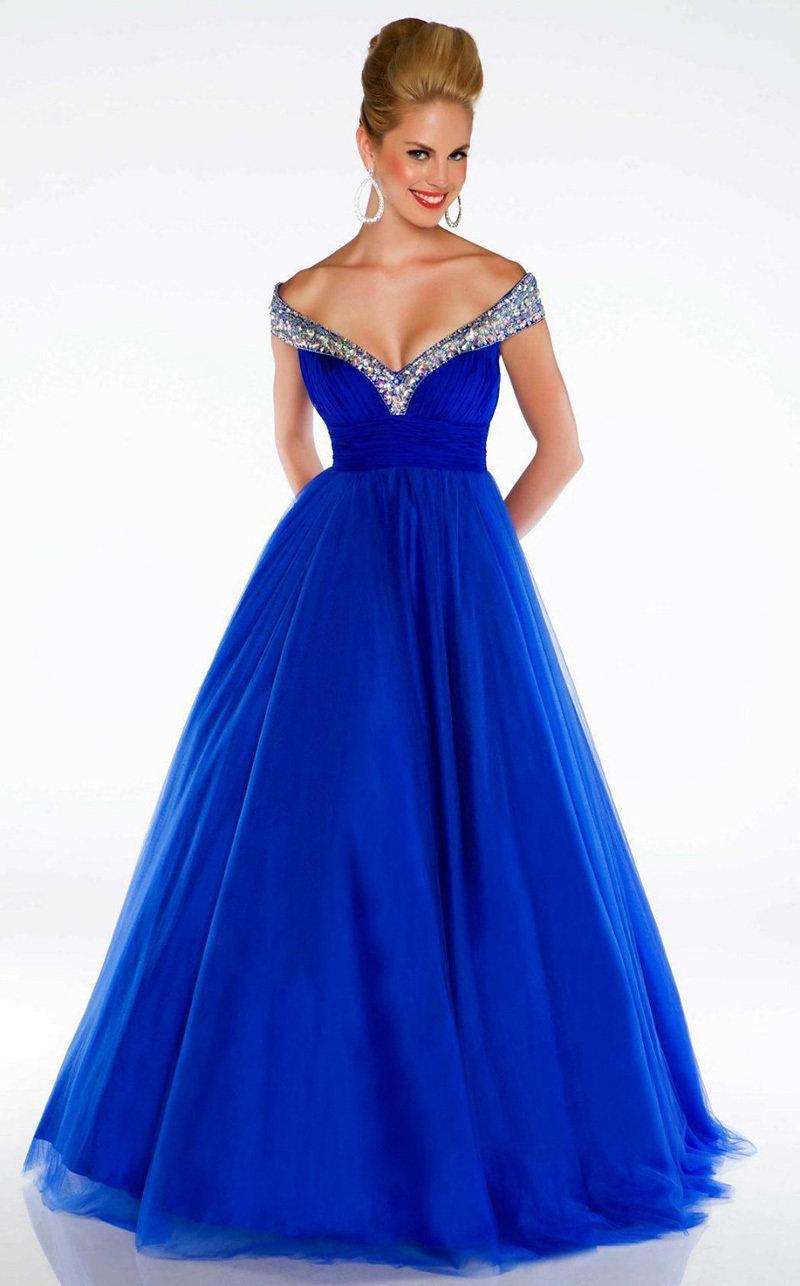 Пышное платье с открытыми плечами