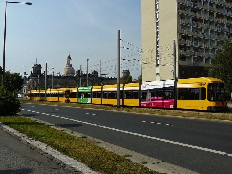 Экологичный транспорт  - современный   трамвай выглядит впечетляюще.