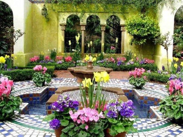 Для мавританских садов характерно наличие фонтана или пруда, стремление к максимально пышному цветению цветов и бесконечному многообразию зеленых оттенков.