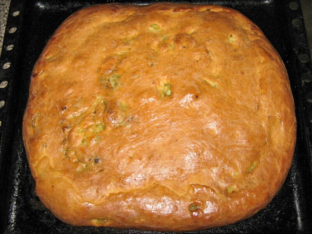 Такой пирог с мясом и картошкой в основном готовят на основе дрожжевого теста, но конечно можно ради разнообразия попробовать приготовить на слоенном тесте.