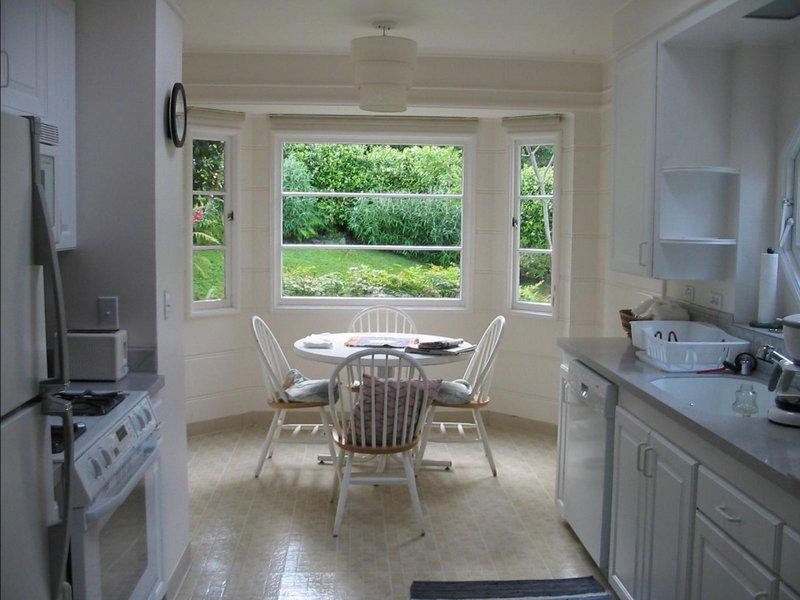 Преображающий жилье интерьер кухни с балконом.