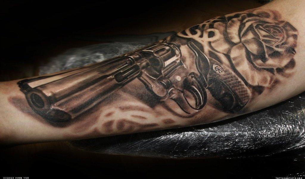 Револьвер на руке в стиле чикано