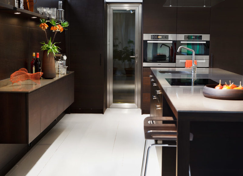 Стильная кухня в брутальном  интерьере с двумя печками