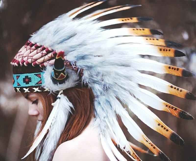с перьями на голове