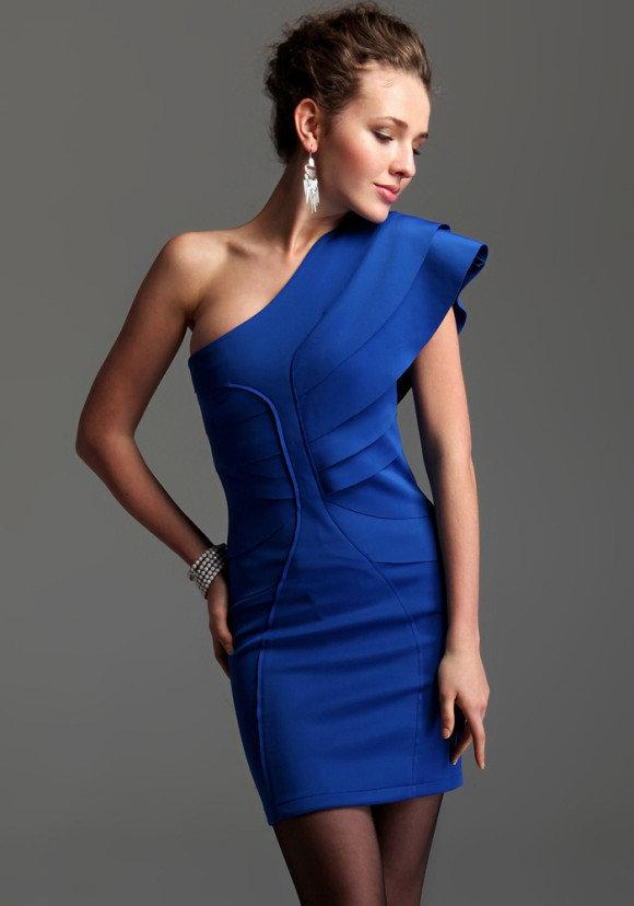 платья синие на одно плечо фото что