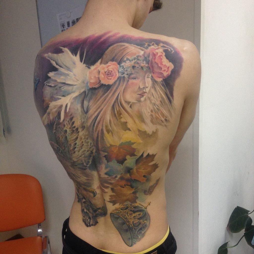 фото цветные тату на спине нередко